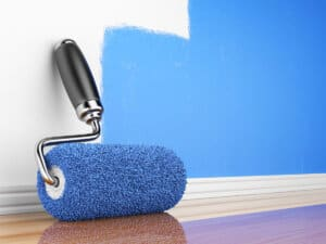 Væggen bliver malet blå